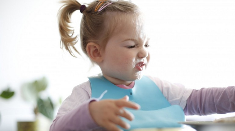 девочка не хочет кушать, ребенок капризничает за едой