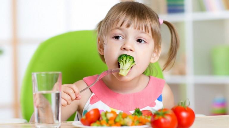 ребенок кушает овощи, кормление ребенка
