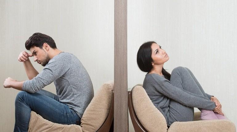 девушку раздражает ее муж, трудные отношения в паре