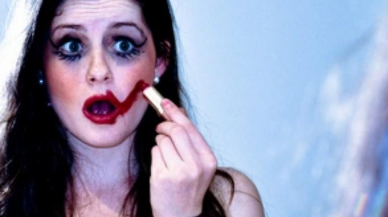 девушка с вульгарным макияжем, грубая девушка