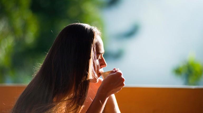 как вернуть энергию, девушка пьет чай на свежем воздухе