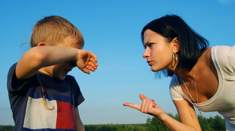девушка отчитывает ребенка, выговор чужому ребенку