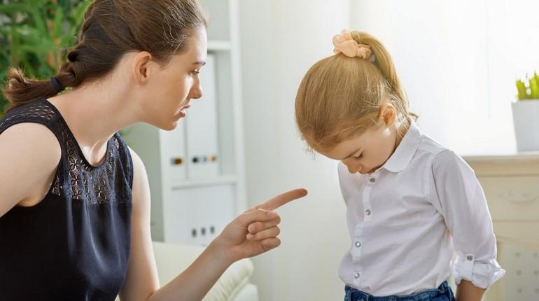 девушка ругает ребенка, провинившаяся девочка