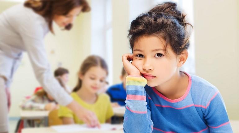 девочка чувствует себя одинокой в школе, адаптация ребенка в детском коллективе
