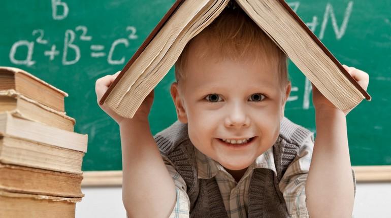 мальчик привыкает к школе, адаптация ребенка в школе