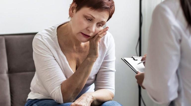 женщина рассказывает свои проблемы доктору, на приеме у психиатра