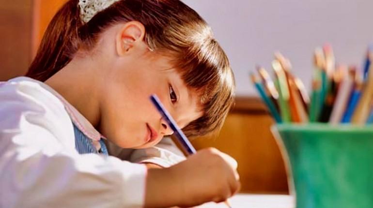 девочка рисует цветными карандашами, самостоятельный ребенок