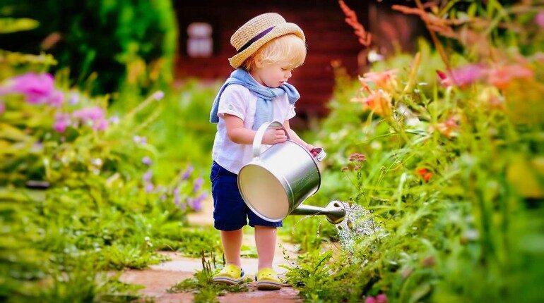 малыш поливает растения из лейки, самостоятельный мальчик