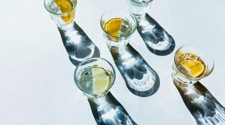 стаканы с водой, вода с лимоном в стакане