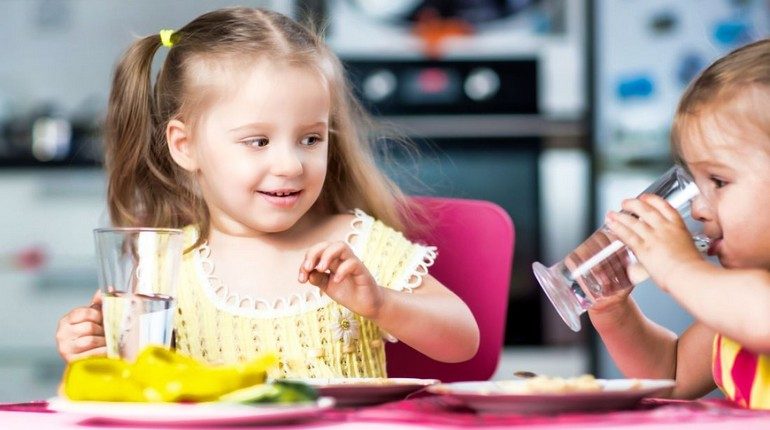 девочки сидят за столом и пьют воду, дети пьют воду за столом