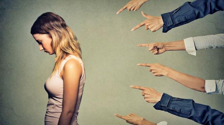 девушка провинилась, все указывают пальцем на девушку которая провинилась
