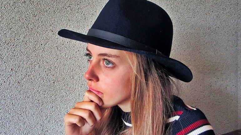 девушка в шляпе чувствует себя очень несчастной, страдающая девушка