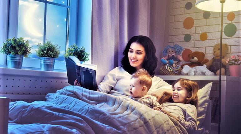 чтение на ночь, мама читает детям, дети и мама читают