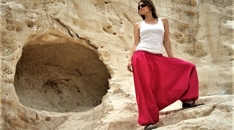 Девушка в широких штанах, девушка в пустыне, широкие красные женские штаны